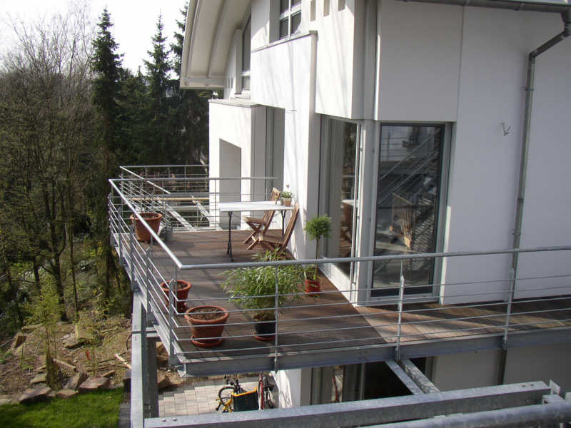 Balkon-Treppen-Stahlkonstruktion-mit-Gelaender-im-Außenbereich