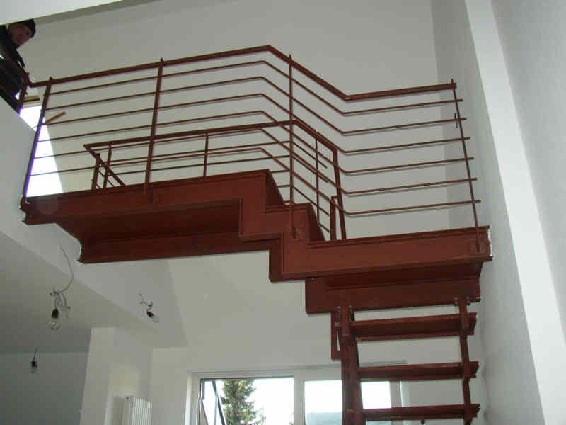 Treppen-Stahlkonstruktion mit Gelaender im Innenbereich